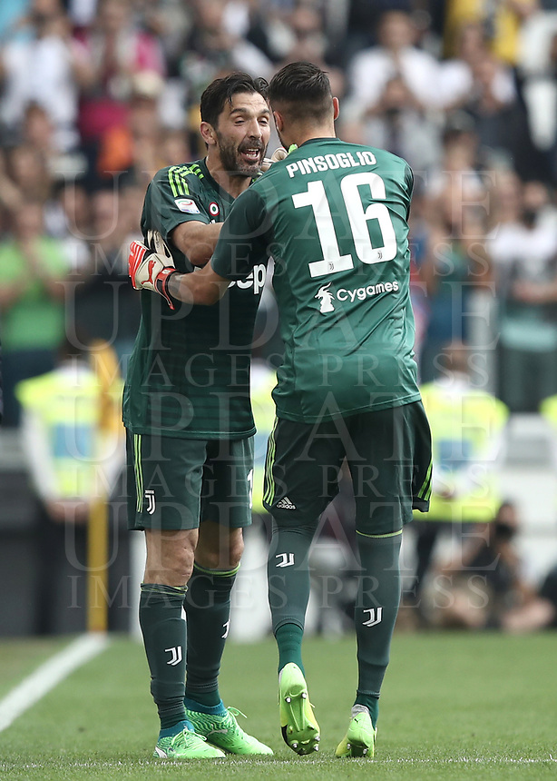 Calcio, Serie A: Juventus - Hellas Verona, Torino, Allianz Stadium, 19 maggio, 2018.<br /> Juventus' Captain and goalkeeper Gianluigi Buffon (l) greets his teammate Carlo Pinsoglio (r) as he is substituted off during the during the Italian Serie A football match between Juventus and Hellas Verona at Torino's Allianz stadium, 19 May, 2018.<br /> Juventus won their 34th Serie A title (scudetto) and seventh in succession.<br /> Gianluigi Buffon played his last match with Juventus today after 17 years.<br /> UPDATE IMAGES PRESS/Isabella Bonotto