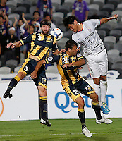 Japan's Sanfrecce Hiroshima Kazuhiko Chiba (R) and Central Coast Mariners Joshua Rose (L) during their AFC Champions League match in Gosford, near Sydney, March 11, 2014. VIEWPRESS/Daniel Munoz EDITORIAL USE ONLY