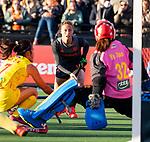 UTRECHT - Marijn Veen (Ned) stuit op keeper Ye Jiao (China)  tijdens de Pro League hockeywedstrijd wedstrijd , Nederland-China . .COPYRIGHT  KOEN SUYK