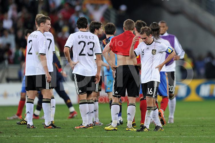 FUSSBALL WM 2010    HALBFINALE   07.07.2010 Deutschland - Spanien Marcell JANSEN, Mario GOMEZ , Lukas PODOLSKI und Philipp Lahm (v.l., alle Deutschland)  enttaeuscht