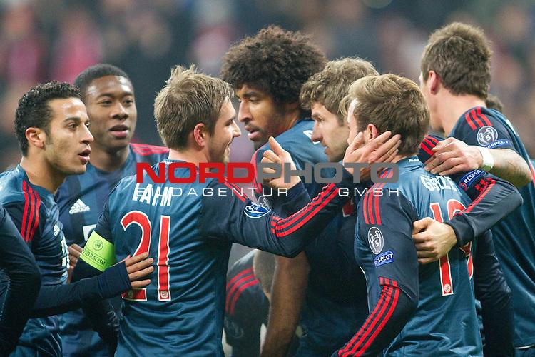10.12.2013, Allianz Arena, Muenchen, GER, UEFA CL, FC Bayern Muenchen vs. Manchester City, im Bild  Jubel nach dem Tor zum 2-0 durch Mario Goetze (FCB #19) mit Toni Kroos (FCB #39) Dante (FCB #4) Thomas Mueller (FCB #25) Philipp Lahm (FCB #21) Thiago (FCB #6) David Alaba (FCB #27)   / Foto © nordphoto / Straubmeier