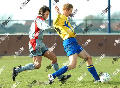2008-02-24 / Voetbal / K. Wuustwezel F.C. - Wijnegem /. Daan De Langhe van Wijnegem met zijn belager van Wuustwezel in de rug.Foto: Maarten Straetemans (SMB)