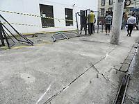 ATENCAO EDITOR: FOTO EMBARGADA PARA VEICULOS INTERNACIONAIS. - SAO PAULO - SP -  27 DE DEZEMBRO 2012. MARCAS DO ACIDENTE de ontem a noite (26) em que o motorista da Land Rover bateu em tres taxi que estavam no ponto da Rua Haddock Lobo esquina com Rua Estados Unidos. Serralheiros, já começam a arrumar a grade da Dan Galeria que ficou destruida, após o acidente.  FOTO: MAURICIO CAMARGO / BRAZI