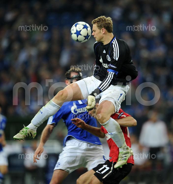 FUSSBALL   CHAMPIONS LEAGUE   SAISON 2010/2010   HALBFINALE FC Schalke 04 - Manchester United                                26.04.2011 Manuel NEUER (Schalke) kann vor Ryan Giggs (Manchester) retten