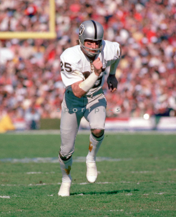Oakland Raiders, Fred Biletnikoff (85) during a game from his 1977 season. Fred Biletnikoff played 14 years, all for the Oakland Raiders. He was a 6-time Pro Bowler, 2-time first team Pro Bowler and was inducted to the Pro Football Hall of Fame in 1988.(SportPics)