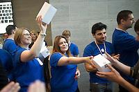 Berlin,Mitarbeiter des neuen Applestores am Kurfuerstendamm verteilen an die ersten Kunden am Freitag (03.05.13)  in Berlin im neuen Applestore ,am Kurfuerstendamm Geschenke. Foto: Timur Emek/CommonLens