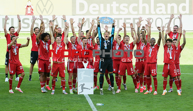 Deutscher Meister 2020, FC Bayern Muenchen, Torwart Manuel Neuer mit Meisterschale<br />