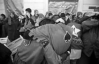 Storico Carnevale di Ivrea, Battaglia delle Arance. Un ragazzo e una ragazza si abbracciano per difendersi dal lancio delle arance --- Historic Carnival of Ivrea, Battle of the Oranges. A boy and a girl hug to protect themselves from the launch of oranges