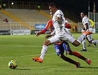 BOGOTA -COLOMBIA. 26-02-2014. Freddy Hinestroza (Der) de La Equidad disputa el balon contra Luis Malagon del Deportivo Pasto  partido por la octava   fecha de La liga Postobon 1 disputado en el estadio Metropolitano de Techo . /    Freddy Hinestroza of La Equidad  fights the ball  against Luis Malagon of Deportivo Pasto  of  eight round during the match  of The Postobon one league  at the Metropolitano of Techo Stadium . Photo: VizzorImage/ Felipe Caicedo / Staff