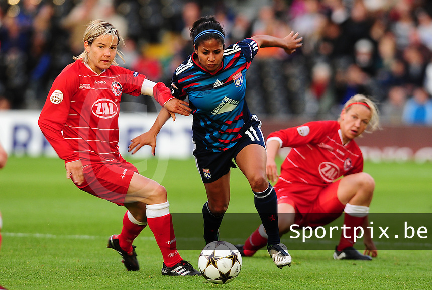 Uefa Women 's Champions League Final 2011 at Craven Cottage Fulham - London : Olympique Lyon - Turbine Potsdam : Shirley Cruz probeert de tackle te ontwijken van Jennifer Zietz (c) , Viola Odebrecht kijkt toe.foto DAVID CATRY / JOKE VUYLSTEKE / Vrouwenteam.be.