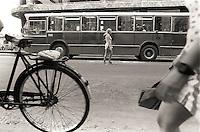 Cruzando la calle, La Habana, Cuba, 1996.