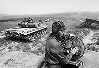 - Hungarian army, armored brigade of Tata, Soviet built T 72 tanks (may 1990)....- esercito Ungherese, brigata corazzata di Tata, carri armati T 72 di costruzione sovietica (maggio 1990)
