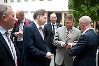 Bundesinnenminister Hans-Peter Friedrich (CSU, 2.v.r.) und Hans-Georg Maa&szlig;en, Pr&auml;sident des Bundesamts f&uuml;r Verfassungsschutz (4.v.l) stehen am Montag (10.06.13) in der Bundespressekonferenz in Berlin nach der Vorstellung des Verfassungsschutzberichtes in der Lobby.<br /> Foto: Axel Schmidt/CommonLens