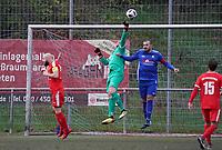 Felix Meyer (Büttelborn) klärt gegen Fabio de Leo (Nauheim) - Büttelborn 03.11.2019: SKV Büttelborn vs. SV 07 Nauheim, Gruppenliga Darmstadt