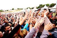 OSASCO, SP, 01.05.2014 -COMEMORAÇÃO DIA DO TRABALHADOR  - Milhares de pessoas se concentram no Estadio do Vila Yolanda em Osasco para comemoração do Dia do Trabalhador. Na foto a Dupla Hugo e Thiago. Thiago de blusa bege vai até os fãs distribuir cds da dupla. - (Foto: Aloisio Mauricio / Brazil Photo Press)