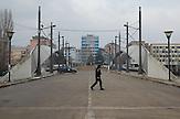 Von rund 110.000 Einwohnern sind ein Fünftel Serben, die Belgrad und nicht Pristina als ihre Hauptstadt betrachten. Die Brücke über den Ibar trennt die albanischen vom serbischen Stadtteil. Die symbolträchtige Brücke ist noch immer versperrt und von der KFOR überwacht. .Kosovo 5 Jahre nach der Unabhängigkeitserklärung. / Bridge in the departed Town Mitrovica, Five years after declaration of independence