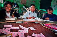 CHIMEL / QUICHE' / GUATEMALA.PICCOLI ALLIEVI DELLA SCUOLA RECENTEMENTE COSTRUITA CON IL SOSTEGNO DELLA FONDAZIONE RIGOBERTA MENCHU'..FOTO LIVIO SENIGALLIESI