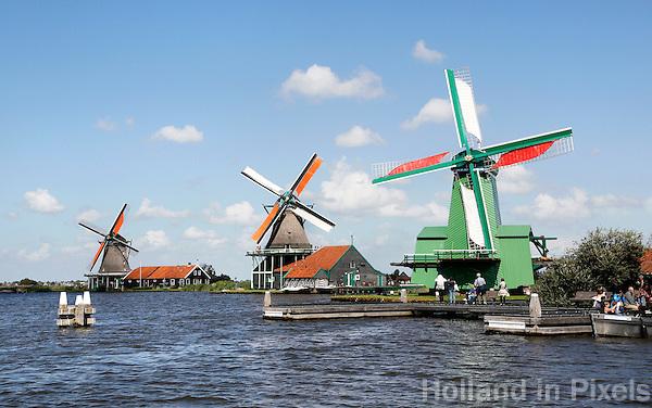 Nederland  Zaanse Schans  2016. Molens aan de Zaan. De groene molen is de Gekroonde Poelenburg.   Foto Berlinda van Dam / Hollandse Hoogte