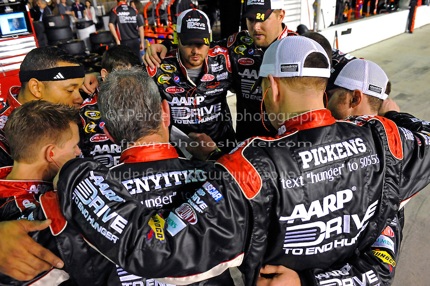 Jeff Gordon's (#24) crew comes together before the start.