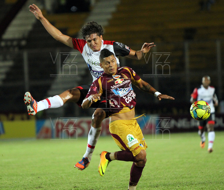 IBAGUE -COLOMBIA- 24-08-2013. Ayron  del Valle  (Der) del Deportes Tolima  disputa el balón  contra John Lozano  (Izq) del Cúcuta Deportivo , partido correspondiente a la   sexta fecha de la Liga Postobón segundo semestre disputado en el estadio Manuell Murillo Toro / Ayron del Valle (Der) of Deportes Tolima fights for the ball against John Lozano (L) of Cucuta Deportivo game in the sixth round of the second half Postobón League match at the stadium Manuell Murillo Toro Photo: VizzorImage /Felipe Caicedo  / STAFF