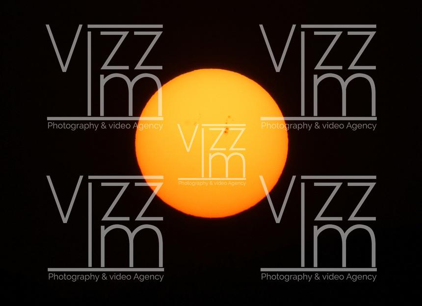 BOGOTA -COLOMBIA. 4-02-2014. Salida del sol esta mañana en la capital. Sunrise this morning in the capital..   Photo: VizzorImage/ Felipe Caicedo / Staff