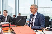 10. Sitzung des &quot;1. Untersuchungsausschuss&quot; der 19. Legislaturperiode des Deutschen Bundestag am Donnerstag den 17. Mai 2018 zur Aufklaerung des Terroranschlag durch den islamistischen Terroristen Anis Amri auf den Weihnachtsmarkt am Berliner Breitscheidplatz im Dezember 2016.<br /> In der Sitzung wurden in einer oeffentlichen Anhoerung als Sachverstaendige zum Thema: &quot;Foederale Sicherheitsarchitektur&quot; u.a. der ehemalige Chef des Bundesamt fuer Verfassungssschutz (Heinz Fromm), der ehemalige Direktor des Bundeskriminalamt (Juergen Maurer) und Rechtswissenschaftler befragt.<br /> Im Bild: Der Ausschussvorsitzende Armin Schuster (CDU).<br /> 17.5.2018, Berlin<br /> Copyright: Christian-Ditsch.de<br /> [Inhaltsveraendernde Manipulation des Fotos nur nach ausdruecklicher Genehmigung des Fotografen. Vereinbarungen ueber Abtretung von Persoenlichkeitsrechten/Model Release der abgebildeten Person/Personen liegen nicht vor. NO MODEL RELEASE! Nur fuer Redaktionelle Zwecke. Don't publish without copyright Christian-Ditsch.de, Veroeffentlichung nur mit Fotografennennung, sowie gegen Honorar, MwSt. und Beleg. Konto: I N G - D i B a, IBAN DE58500105175400192269, BIC INGDDEFFXXX, Kontakt: post@christian-ditsch.de<br /> Bei der Bearbeitung der Dateiinformationen darf die Urheberkennzeichnung in den EXIF- und  IPTC-Daten nicht entfernt werden, diese sind in digitalen Medien nach &sect;95c UrhG rechtlich geschuetzt. Der Urhebervermerk wird gemaess &sect;13 UrhG verlangt.]