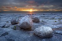 Ireland, County Clare, near Ballyvaughan: The Burren, typical landscape with fissured limestone pavement and round boulders at sunset | Irland, County Clare, The Burren (steiniger Ort): einzigartige Karstlandschaft mit zerklueftetem Kalkstein bei Sonnenuntergang
