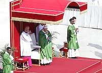 Papa Francesco celebra una messa giubilare per i catechisti in Piazza San Pietro, Citta' del Vaticano, 25 settembre 2016.<br />