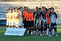 SÃO JOSÉ DO RIO PRETO, SP , 11 DE JANEIRO DE 2013 - ESPORTES - FUTEBOL - 44ª COPA SÃO PAULO DE FUTEBOL JÚNIOR -  RONDONOPÓLIS - MT X SANTOS - AP - Jogadores do Santos AP (a frente) e Rondonopolis em jogo pela Copa São Paulo, no estádio (Teixeirão),  na cidade de São José do Rio Preto, no interior do estado de Sao Paulo, nesta sexta-feira, 11. FOTOS: DORIVAL ROSA/  BRAZIL PHOTO PRESS