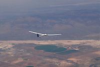 4415 / ASH 26E: AMERIKA, VEREINIGTE STAATEN VON AMERIKA, UTAH,  (AMERICA, UNITED STATES OF AMERICA), 13.07.2006:einsitziges Segelflugzeug vom Typ ASH 26E in der Wuesten aehlichen Landschaft von Utah