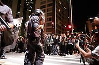 SAO PAULO, SP, 01.08.2013 MANIFESTAÇÃO AMARILDO / FORA ALCKEMIN - Manifestantes se reunem na frente da prefeitura de São Paulo durande o ato contra o governador Geraldo Alckemin e em apoio ao Rio de Janeiro com o desaparecimento do Pedreiro Amarildo na noite dessa quinta-feira (1)  (Foto: Marcelo Brammer / Brazil Photo Press)