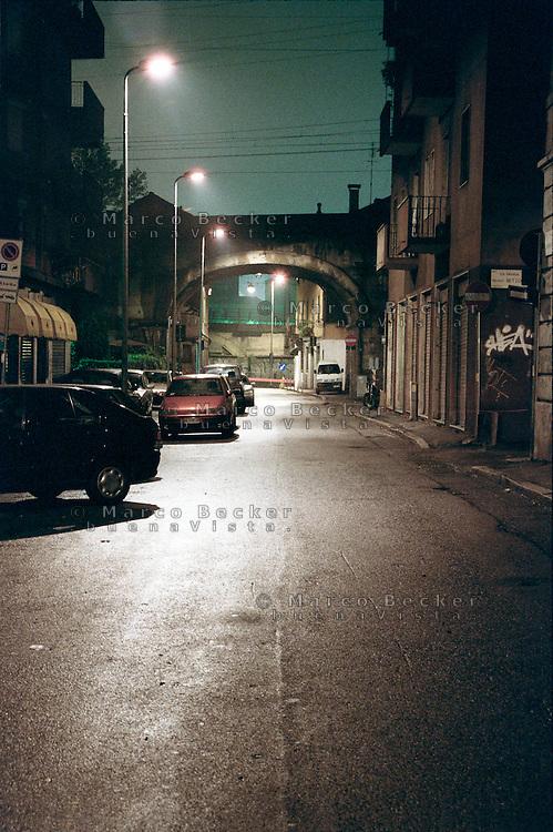 Milano, notte. Quartiere Greco, periferia nord. Il ponte della ferrovia in via Comune Antico --- Milan, night. Greco district, north periphery. The railway bridge in Comune Antico street