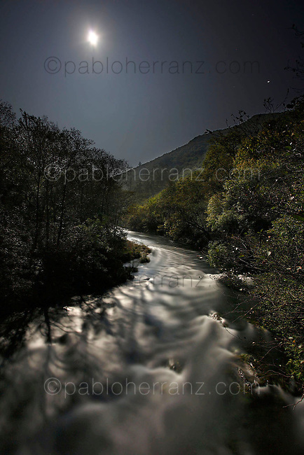"""Paisajes nocturnos en el Parque Natural """"Fragas del Eume"""" cerca de Pontedume."""