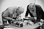 Yves répare le magnétoscope apporté par Christian au Repair Café de Beaufort-en-Vallée (Maine-et-Loire).