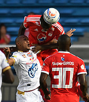 CALI - COLOMBIA - 10 -  02  -  2018: Danilo Arboleda (Der.) jugador de America, disputa el balón con Angelo Rodriguez (Izq.) jugador de Deportes Tolima, durante partido entre America de Cali y Deportes Tolima, de la fecha 2 por la Liga Aguila I 2018 jugado en el estadio Pascual Guerrero de la ciudad de Cali. / Danilo Arboleda (R) of player of America, vies for the ball with Angelo Rodriguez (L) player of Deportes Tolima, during a match between America de Cali and Deportes Tolima, of the 2nd date for the Liga Aguila I 2018 at the Pascual Guerrero stadium in Cali city. Photo: VizzorImage / Luis Ramirez / Staff.