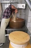"""Europe/Allemagne/Forêt Noire/Munstertal : Hôtel """"Spielweg"""" - Hans Jorg, le chef, prépare ses fromages"""