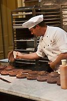 Europe/Autriche/Niederösterreich/Vienne: Café traditionnel viennois: Demel, qui héberge aussi une pâtisserie  et un salon de thé- le laboratoire de la pâtisserie