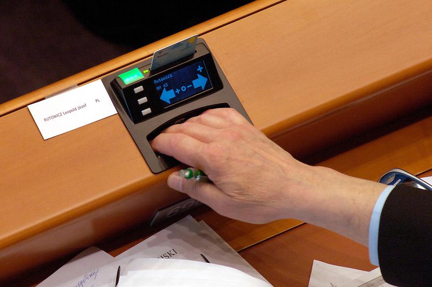 Belgie, Brussel, 28 april 2005..Europees Parlement in plenaire zitting. Vergadering in de grote zaal van het parlements gebouw in Brussel. Stemmingen. Met handopsteken worden voorstellen aangenomen of afgekeurd..Foto (c) Michiel Wijnbergh