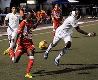 RIONEGRO -COLOMBIA-27-11-2013. Palacios  (Izq.) del Deportivo Rionegro disputa el balón con un Jeisson Palacios  (Der.) de Fortaleza FC durante partido de vuelta de la final del Torneo Postobón II-2013 en el estadio Alberto Grisales de la ciudad de Rionegro./ Palacios (L) of Deportivo Rionegro fights for the ball with Jeisson Palacios (R) of Fortaleza FC during the second leg match of the final of Postobon Tournament II-2013 played at Alberto Grisales stadium in Rionegro city. Photo: VizzorImage/ Cortesia