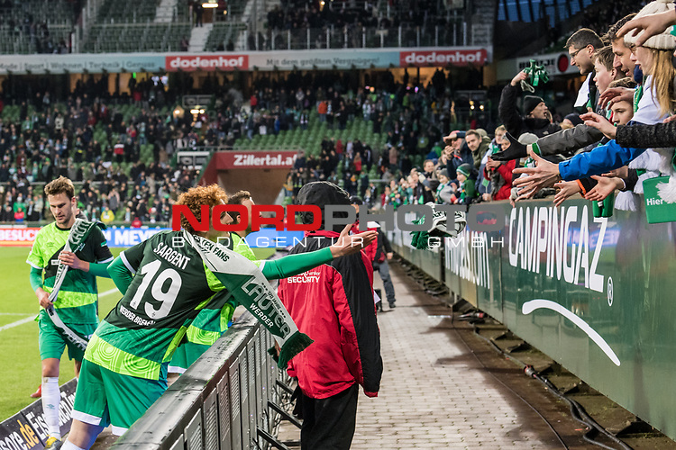 10.02.2019, Weserstadion, Bremen, GER, 1.FBL, Werder Bremen vs FC Augsburg<br /> <br /> DFL REGULATIONS PROHIBIT ANY USE OF PHOTOGRAPHS AS IMAGE SEQUENCES AND/OR QUASI-VIDEO.<br /> <br /> im Bild / picture shows<br /> Joshua Sargent (Werder Bremen #19) verschenkt Jubiläum-Schaals an Fans nach Spielende, <br /> <br /> Foto © nordphoto / Ewert