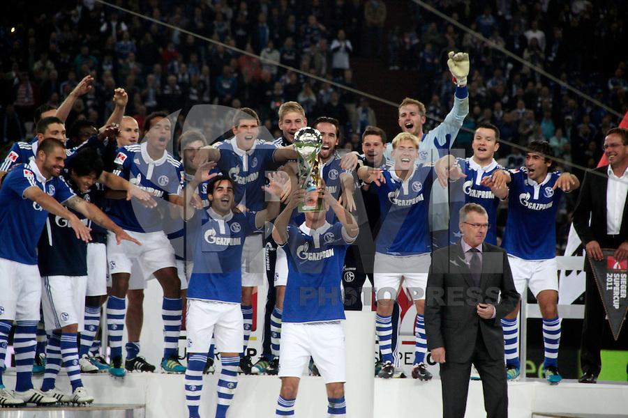 GELSENKIRCHEN, ALEMANHA, 23 DE JULHO DE 2011 - FINAL SUPERCUP BUNDESLIGA - Jogadores do FC Shalke 04 comemoram titulo da Supercup Bundesliga apos vencer nos pênaltis por 4 a 3 o time do Borussia Dortmund no Estádio Veltins Arena, na cidade de Gelsenkirchen na Alemanha neste sabado (23). (FOTO: WILLIAM VOLCOV - NEWS FREE).