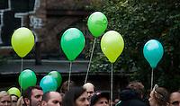 Berlin, Anhänger der Gruenen stehen am Freitag (20.09.13) bei einer Wahlkampfveranstaltung von Bündnis 90 / Die Grünen unter grünen Luftballons. Foto: Steffi Loos/CommonLens