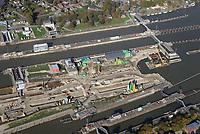 Nord Ostseekanal Schleuse Brunsbuettell: EUROPA, DEUTSCHLAND, SCHLESWIG-HOLSTEIN, BRUNSBUETTEL , (EUROPE, GERMANY), 19.10.2018: Schleuse Nord-Ostseekanal von Brunsbuettel. Der Nord-Ostsee-Kanal (NOK; internationale Bezeichnung: Kiel Canal) verbindet die Nordsee (Elbmuendung) mit der Ostsee (Kieler Foerde). Diese Bundeswasserstra&szlig;e ist nach Anzahl der Schiffe die meistbefahrene kuenstliche Wasserstra&szlig;e der Welt.<br /> Der Kanal durchquert auf knapp 100 km das deutsche Bundesland Schleswig-Holstein von Brunsbuettel bis Kiel-Holtenau und erspart den etwa 900 km laengeren Weg um die Nordspitze Daenemarks durch Skagerrak und Kattegat.<br /> Die erste kuenstliche Wasserstra&szlig;e zwischen Nord- und Ostsee war der 1784 in Betrieb genommene und 1853 in Eiderkanal umbenannte Schleswig-Holsteinische Canal. Der heutige Nord-Ostsee-Kanal wurde 1895 als Kaiser-Wilhelm-Kanal eroeffnet und trug diesen Namen bis 1948. Baustelle auf der Mittelinsel. Neubau einer neuen Schleusenkammer