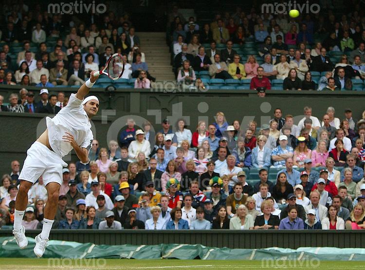 Tennis All England Championships Wimbledon Herren Einzel Roger Federer (SUI) schlaegt auf in seinem Viertelfinal-Spiel gegen Lleyton Hewitt (AUS).