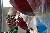 CARRO ALLEGORICO.<br /> Il carnevale di Gallipoli è tra i più noti della Puglia. La sua tradizione è antichissima ed è documentata, oltre che in atti e documenti settecenteschi, anche da radici folcloristiche che affondano le origini in epoca medioevale, tramandate fino ad oggi dallo spirito popolare. La prima edizione (per come la conosciamo) risale al 1941; nel 2014 sarà l'edizione numero 73.<br /> La manifestazione carnascialesca è organizzata dall' Associazione Fabbrica del Carnevale, nata nel febbraio 2013 con la finalità diorganizzare, promuovere e riportare in auge il Carnevale della Cittàdi Gallipoli. L'Associazione raccoglie al suo interno i maestri cartapestai Gallipolini e tanti giovani artisti, che vogliono valorizzare il Carnevale della città bella. Presidente dell'Associazione è Stefano Coppola.<br /> La manifestazione ha inizio il 17 gennaio, giorno di sant'Antonio Abate (te lu focu = del fuoco), con la Grande Festa del Fuoco, quando si accende con la tradizionale focara, un grande falò di rami d'ulivo. L'ultima domenica di carnevale e il martedì grasso lungo corso Roma, nel centro cittadino, si svolge la sfilata dei carri allegorici in cartapesta e dei gruppi mascherati corso Roma davanti a migliaia di spettatori provenienti da tutta la provincia di Lecce e da città pugliesi. Il tema dell'edizione di quest'anno è un omaggio a Walter Elias Disney.<br /> <br /> FLOAT.<br /> The Carnival of Gallipoli is among the best known of Puglia. Its tradition is very old and is documented , as well as records and documents in the eighteenth century , as well as folkloric roots that sink their roots in medieval times , handed down today by the popular spirit . The first edition dates back to 1941 and in 2014 will be the edition number 73 .<br /> The carnival is organized by the Association of Carnival Factory , founded in February 2013 with the objective to organize, promote and revive the Carnival of the city of Gallipoli. The Association collects inside the maste