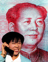Donna cinese con telefono cellulare. Chinese woman with phone.  ...