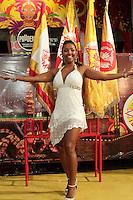 SAO PAULO, SP, 31 JANEIRO 2013 - ENSAIO DE RUA TOM MAIOR - Andreia Gomes, rainha da bateria durante ensaio -  o Grêmio Recreativo da Escola de Samba Tom Maior, faz  o último  ensaio de rua, na noite dessa quinta-feira(31) nos arredores da quadra, região do Bom Retiro, zona central da capital -     FOTO: LOLA OLIVEIRA - BRAZIL PHOTO PRESS