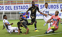 BOGOTA -COLOMBIA. 20-04-2014.  Jorge Ramos(Centro)  de Fortaleza F.C. disputa el balon contra Omar Mancilla (Iz) y Lucero Alvarez del Deportivo  Pasto partido por la fecha 18 de La Liga Postobon 1 disputado en el estadio Metropolitano de Techo . /   Jorge Ramos (R) of Fortaleza F.C.  fights the ball  against  Omar Mancilla of Deportivo Pasto of  18 round during the match  of The Postobon one league  at the Metropolitano of Techo Stadium . Photo: VizzorImage/ Felipe Caicedo / Staff