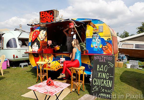 Festival in Amsterdam. De Rollende Keukens.  Rijdende keukens waar bijzondere snacks worden verkocht. Bollywood Bar