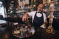 """Europe/France/Ile-de-France/75002/Paris: """"Belle époque"""" - Restaurant bar """"Gallopin"""" 40 rue Notre-Dame des Victoires - Serveur [Non destiné à un usage publicitaire - Not intended for an advertising use]"""